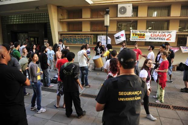 Após passar noite acampados, estudantes da UFRGS protestam em frente à reitoria Emílio Pedroso/Agencia RBS