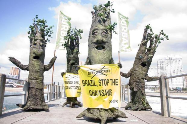 Vestidos de árvores, ativistas protestam contra o desmatamento da Amazônia John Robinson,Greenpeace/AP