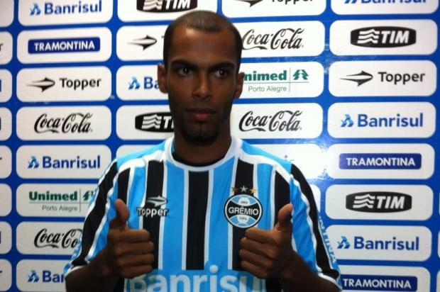 Na apresentação oficial, Naldo diz que pegada é seu forte  Diogo Olivier/Agência RBS