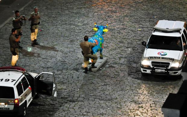 """PMs que """"brincaram"""" com Vaca da CowParade, em Florianópolis, serão denunciados por dois crimes Eduardo Valente / Futura Press/futura press"""
