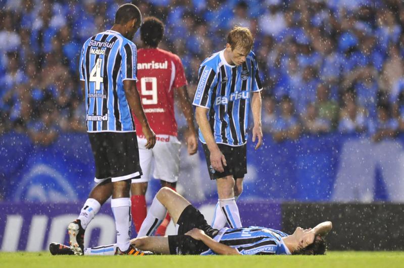 Em queda após falta, Mário Fernandes machucou o ombro e saiu de jogo ainda no primeiro tempo:imagem 4