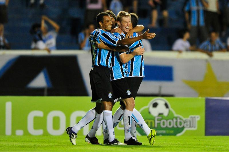 Aos 24 minutos do primeiro tempo, Douglas Grolli marcou o segundo e colocou o Grêmio na frente no placar:imagem 8