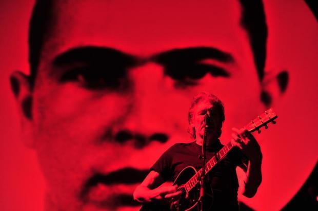 Roger Waters destrói muro e homenageia Jean Charles em frente a 48 mil pessoas Lauro Alves/Agencia RBS
