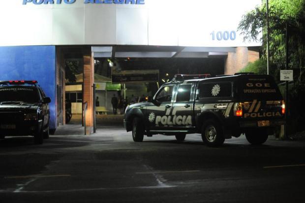 Viaturas são usadas por delegados e agentes para ir a festa do chefe da Polícia Civil  Ronaldo Bernardi/Agencia RBS