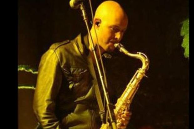 Saxofonista da banda The Killers é encontrado morto em casa Reprodução/YouTube