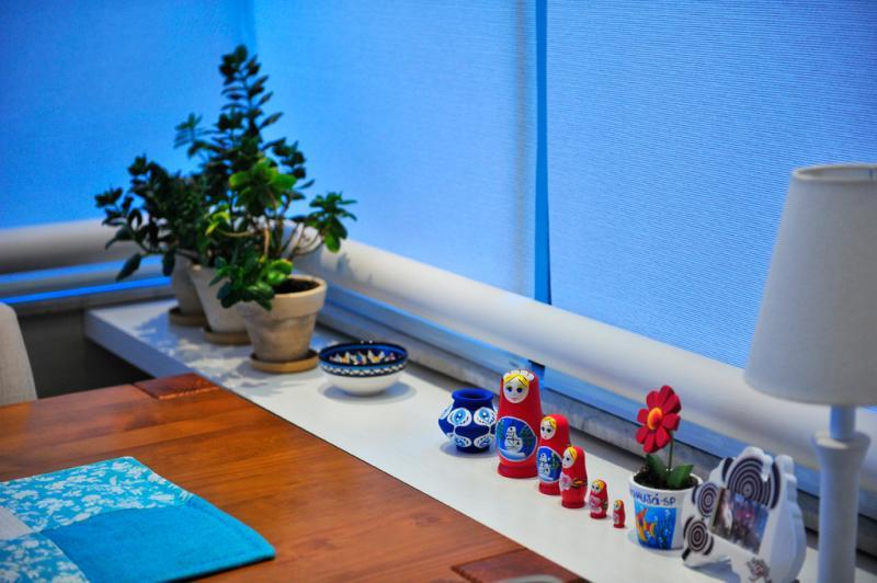 Ao lado da sala de jantar, régua de madeira serve de apoio e também acomoda peças  :imagem 9