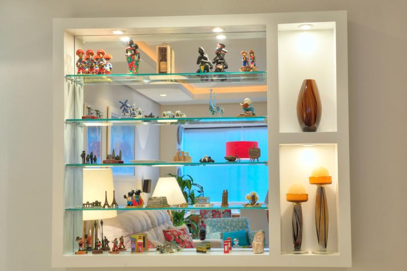 Display com iluminação embutida organiza e valoriza os objetos e souvernis trazidos de viagens  :imagem 2