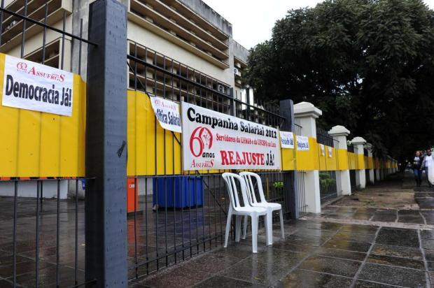 Por melhores salários, técnicos da UFRGS interrompem aulas na Reitoria Ronaldo Bernardi/Agencia RBS