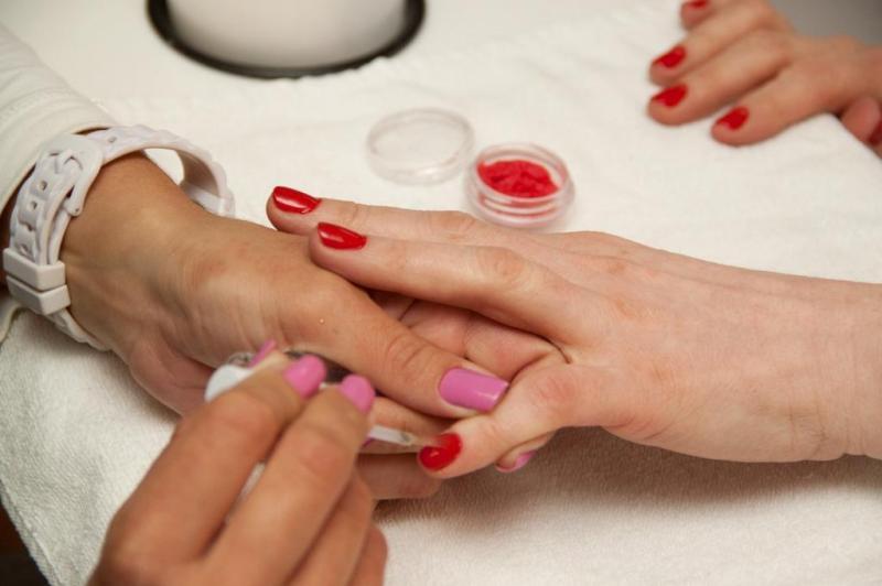 Passo 1: pinte as unhas com esmalte na cor que desejar e limpe os cantinhos com o removedor.:imagem 1