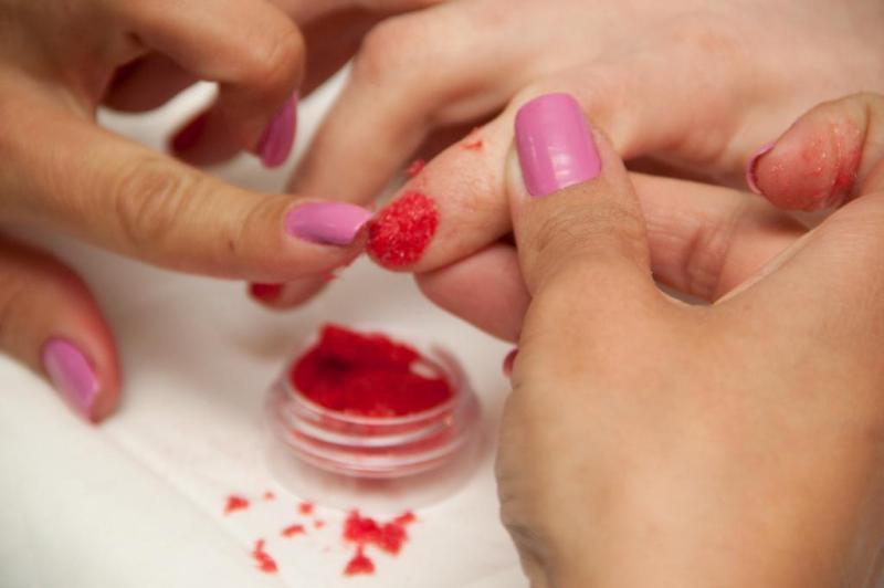 Passo 3: ao retirar o dedo do recipiente, aperte o pó de flocagem nas unhas para fixar bem.:imagem 4