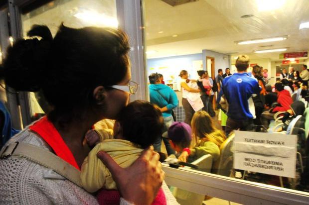 Revoltados com a demora, pais se desesperam e ameaçam funcionários no Hospital Conceição Jean Schwarz/Agencia RBS