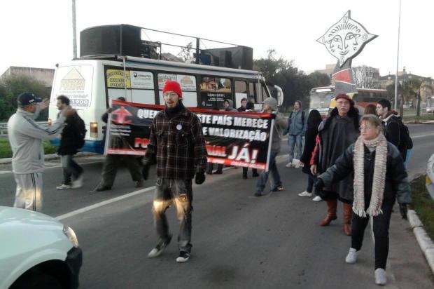 Manifestantes trancam a entrada da UFSM em protesto Rogério Perobelli/arquivo pessoal