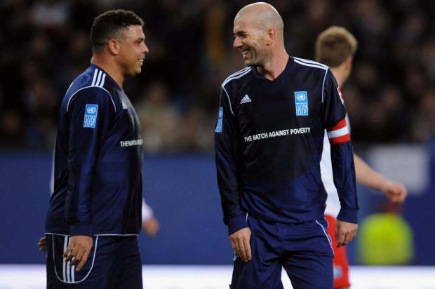 Ronaldo e Zidane: seis títulos de melhor do mundo em campo contra a pobreza Divulgação/