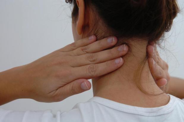 Dor crônica no pescoço pode piorar com a idade e revelar problemas emocionais Flávio Neves/Agencia RBS