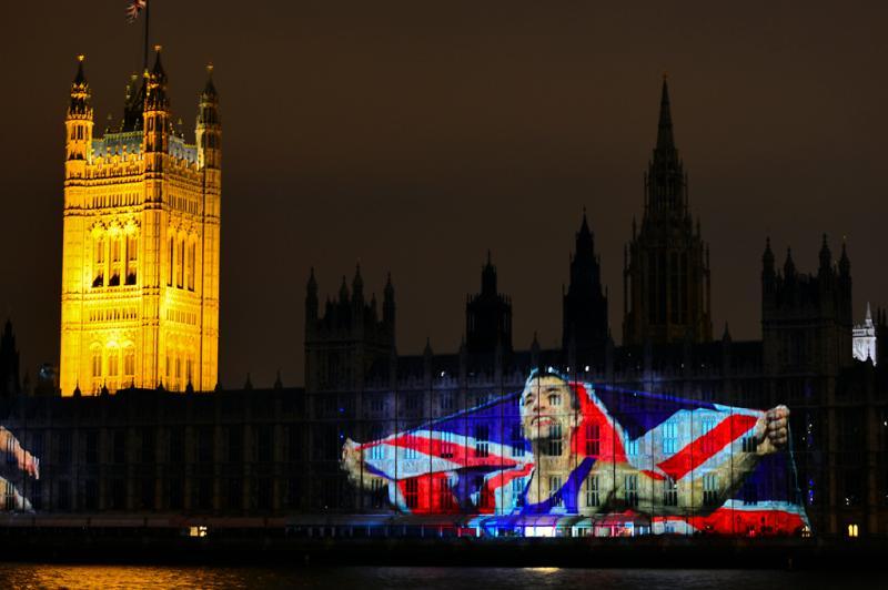 A imagem do atleta britânico Jonathan Edwards é refletida sobre o parlamento londrino:imagem 40