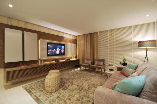 Proposta com tons neutros adapta a sala de estar para diferentes tipos de usos Vanessa Bohn,Bohn fotografias/Casa&Cia