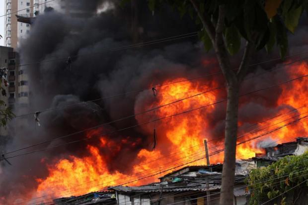 Incêndio consome favela na zona sul da capital paulista Renato S. Cerqueira/AE
