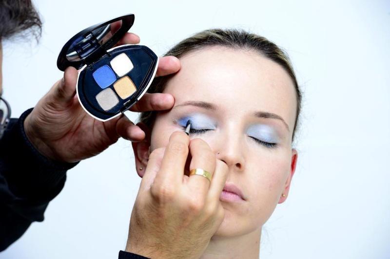 Para criar um contraste de claro e escuro, use um tom mais forte de azul no canto dos olhos, fazendo um pequeno V com a cor. :imagem 3