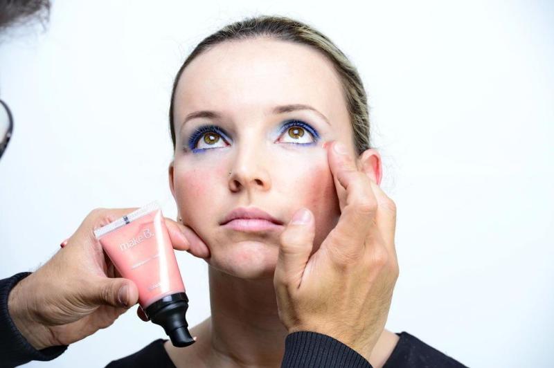 O iluminador em gel dá um ar saudável à pele. Aplique uma gotinha no dorso da mão e aplique como se fizesse um C entre o alto da bochecha e o final das sobrancelhas.:imagem 5