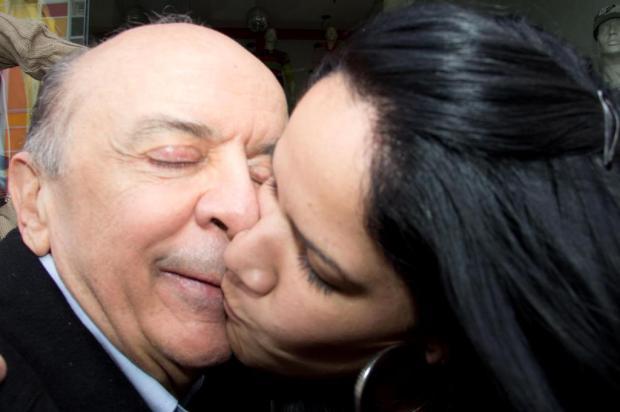 Eleitora beija Serra na boca durante caminhada em São Paulo DIOGO MOREIRA/FRAME/AE/AE