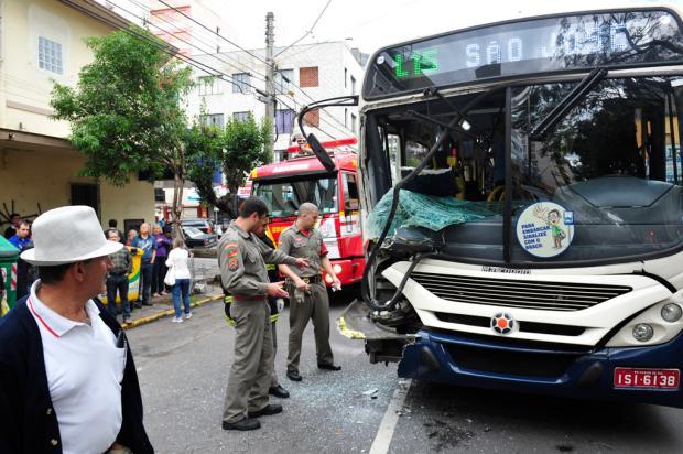 Colisão entre caminhão carregado de batatas e ônibus da Visate fere cinco pessoas em São Pelegrino, Caxias do Sul Roni Rigon/