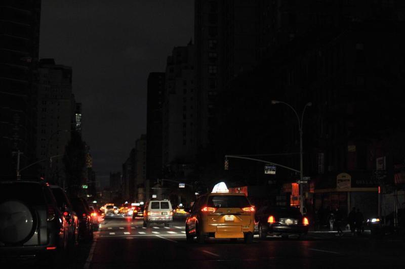 Carros passam por avenida de Nova York às escuras após passagem do furacão Sandy.:imagem 7