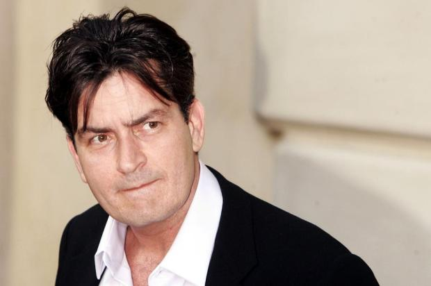 Charlie Sheen tenta contato com ex-policial que ameaa o Grammy   FX/Divulgao