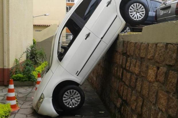 Motorista engata marcha errada e carro cai em estacionamento de condomínio Janaína Johann/Leitor-Repórter