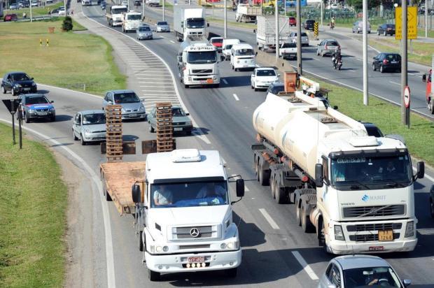 Força-tarefa tenta tirar 20 mil caminhões da BR-101 nos horários críticos do verão em Santa Catarina Flávio Neves/Agencia RBS
