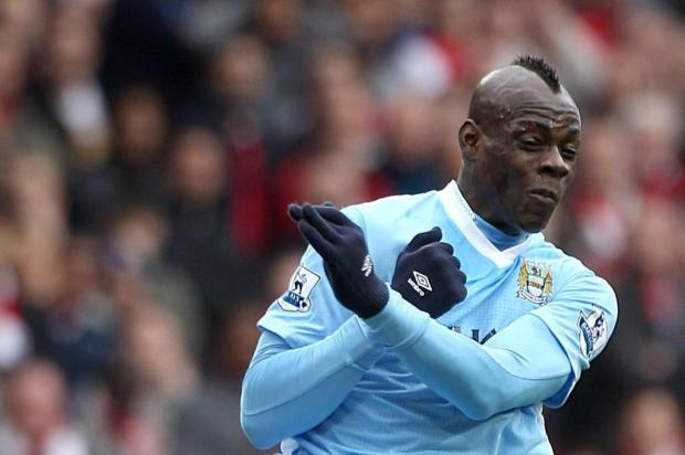Balotelli entra em campo pelo time de juniores do Manchester City Nick Potts/AP