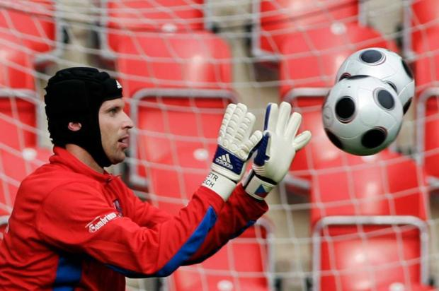 Focado na semifinal, Cech admite favoritismo do Chelsea no Mundial AP Photo/Petr David Josek/