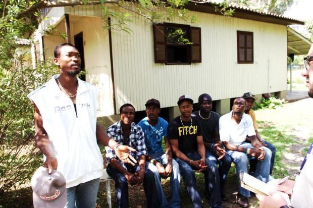 Sem trabalho, haitianos dependem de ajuda para comer em Igrejinha Miro de Souza/Agencia RBS