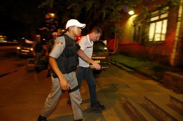 e9446e51f9e Polícia investiga participação de refém em assalto a joalheria no centro de  Porto Alegre Félix Zucco