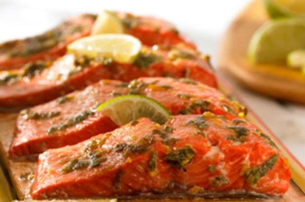Alimentação a base de salmão ajuda a amenizar sintomas da menopausa Thriftyfoods/Reprodução