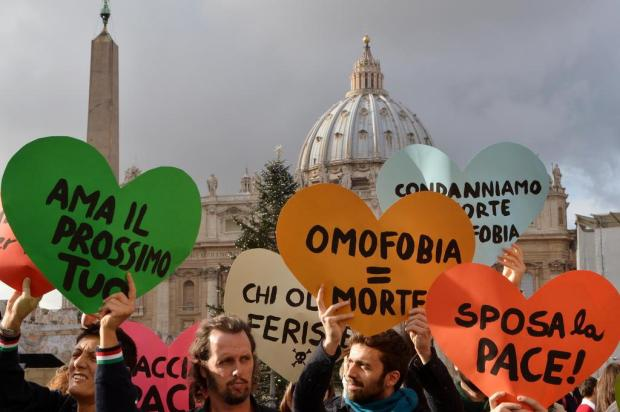 Defensores do casamento gay se manifestam durante homilia do Papa Vincenzo Pinto/AFP