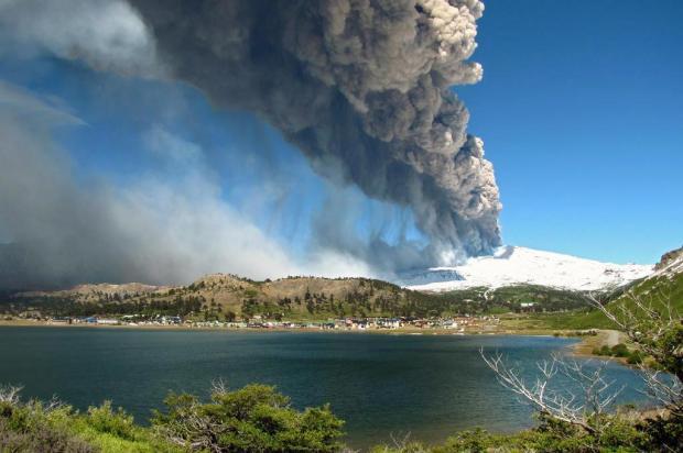 Vulcão argentino diminui atividade, mas especialistas recomendam cautela  Antonio Huglich/AFP