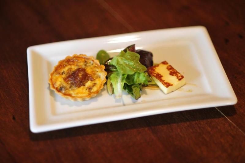 Cebola caramelada e gorgonzola são recheio da tortinha.:imagem 2