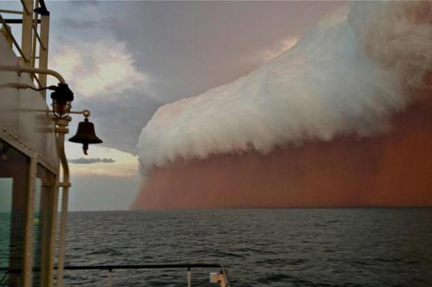Ciclone ergue tempestade de areia na Austrália Brett Martin/AFP PHOTO / PERTH WEATHER LIVE