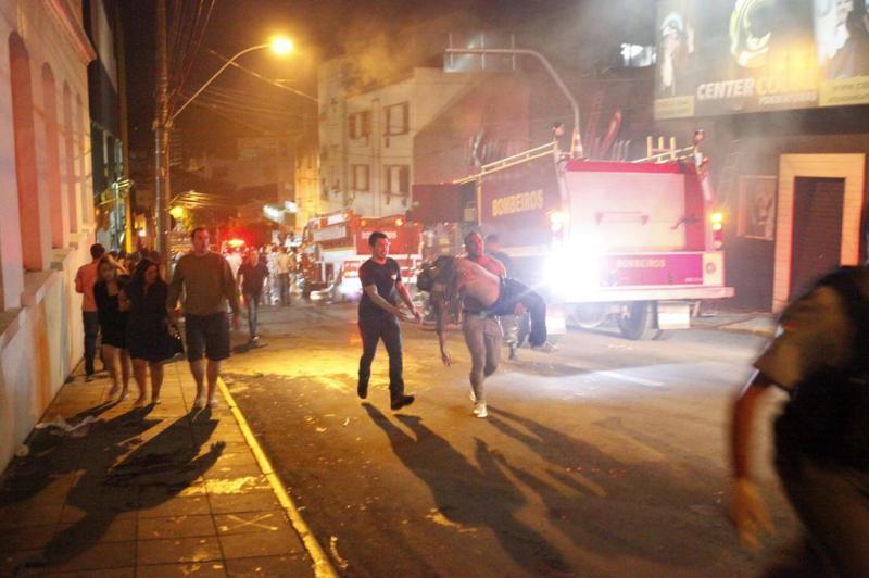 Incêndio em boate no centro de Santa Maria deixa pelo menos 20 mortos:imagem 33