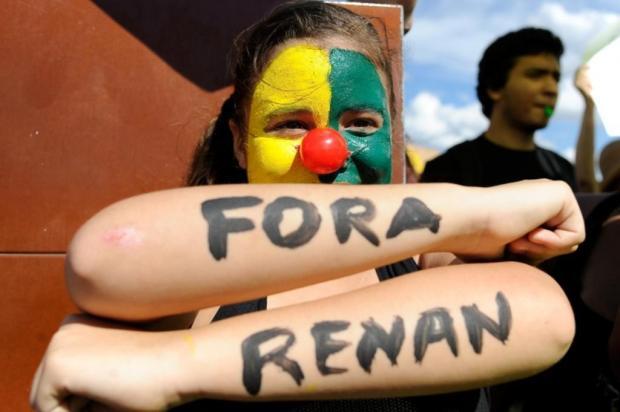 Em Brasília, protesto pede afastamento de Renan Calheiros da presidência do Senado  Marcello Casal Jr/ABR