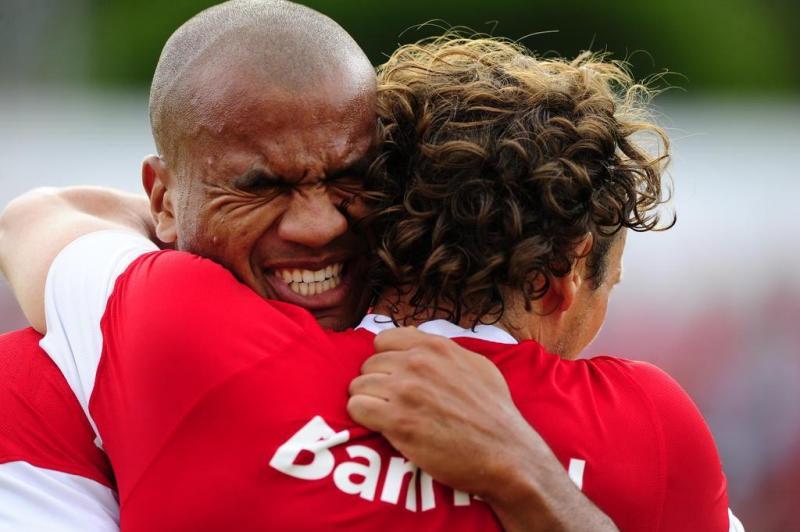 No segundo gol do Inter, Forlán cobrou escanteio e Rodrigo Moledo (à esquerda) fez de cabeça:imagem 25