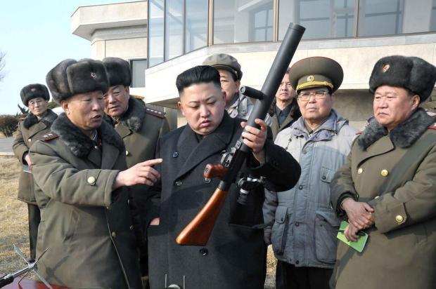 Líder supremo aparece manuseando arma em simulação de guerra do Exército da Coreia do Norte KCNA VIA KNS/AFP