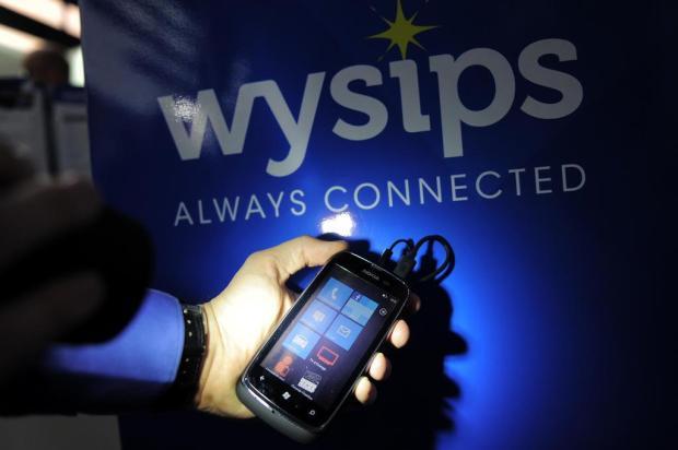 Placa solar e recarga sem cabo: celulares em busca de mais autonomia  JOSEP LAGO/AFP