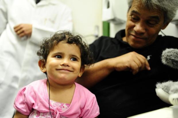 Menina com deficiência auditiva começa a ouvir após receber implante de dispositivo eletrônico no RS Mauro Vieira/Agencia RBS