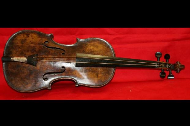 Violino de orquestra do Titanic é encontrado 101 anos após o naufrágio AFP/Henry Aldridge and Son