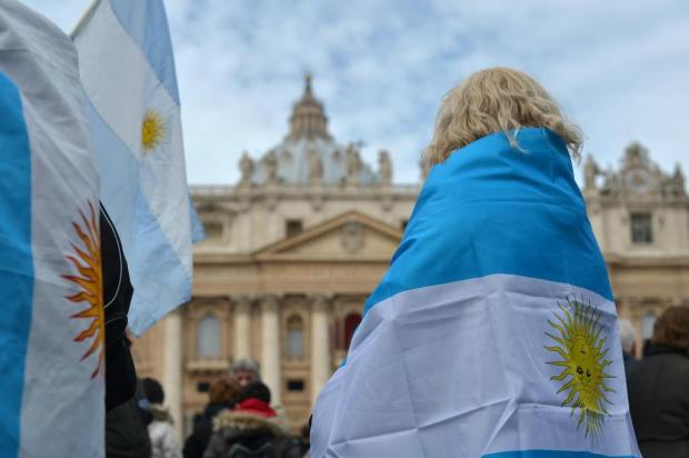 Argentinos aguardam o primeiro Angelus do papa Francisco GABRIEL BOUYS/AFP