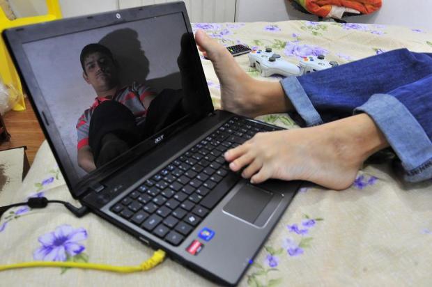 Jovem com paralisia cerebral aprende a digitar com os pés e se forma na faculdade Ricardo Duarte/Agencia RBS