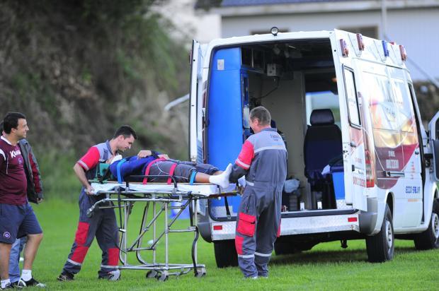 """Goleiro Cristiano """"Gigante"""" bate cabeça e é retirado de ambulância do treino do Caxias Porthus Junior /"""