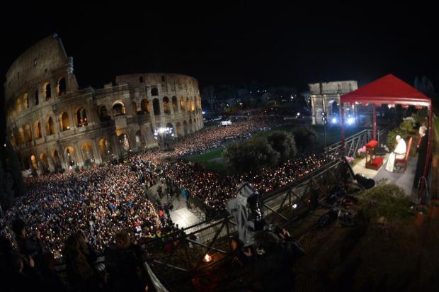 Papa Francisco pede a cristãos que combatam o mal com o bem GABRIEL BOUYS/AFP