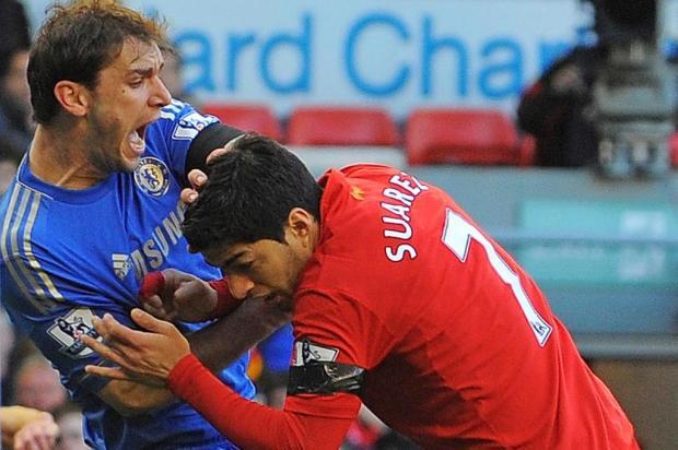 Mordida de Suarez em jogador do Chelsea vira hit na internet ANDREW YATES/AFP